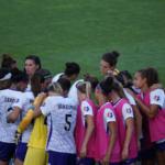 女子サッカーチームが集合している画像