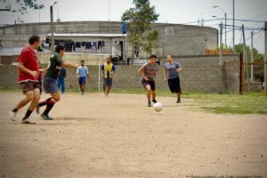 南米でサッカーをする人たち