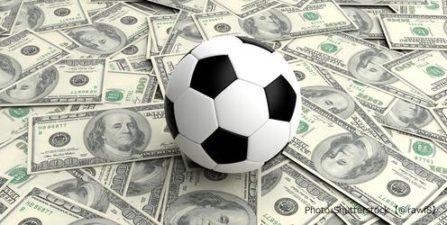 サッカーボールがゴールに突き刺さる画像