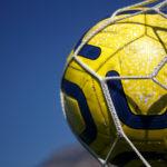 サッカーボールがゴールに突き刺さっている画像