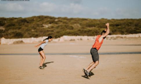 ジャンプをしている少年と少女の画像