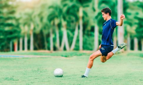 サッカーボールをシュートする画像