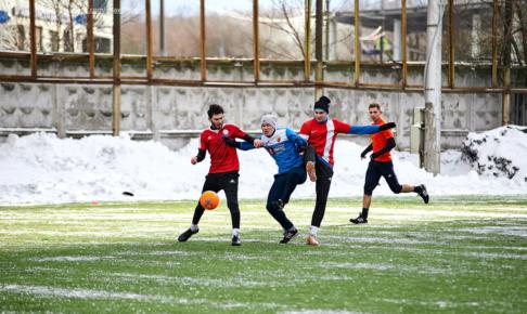 雪の中サッカーをしている